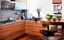 Mozaika, drewno i stal w jednej kuchni? Dlaczego nie!