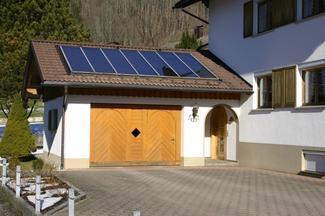 Kolektory na dachu garażu