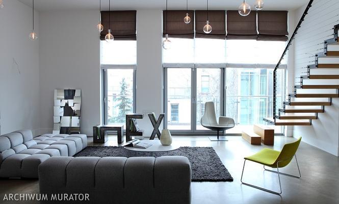 Nowoczesne wnętrza domu z wysokim salonem: beton i metal