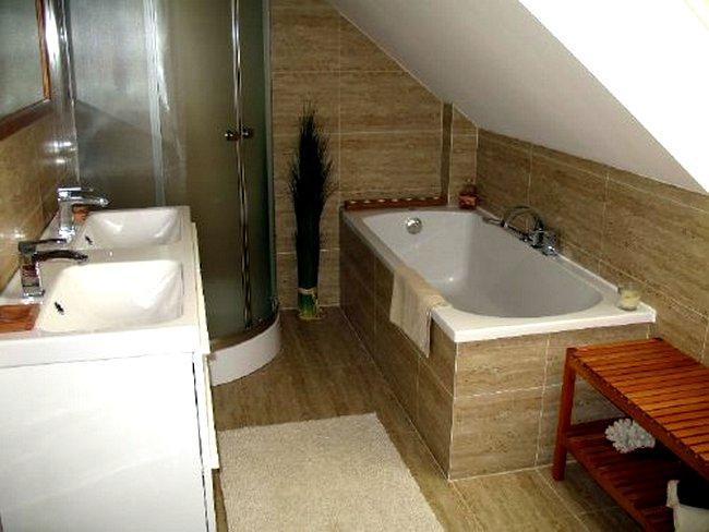 łazienka Na Poddaszu Z Wanną I Prysznicem Najlepsze Pomysły Na
