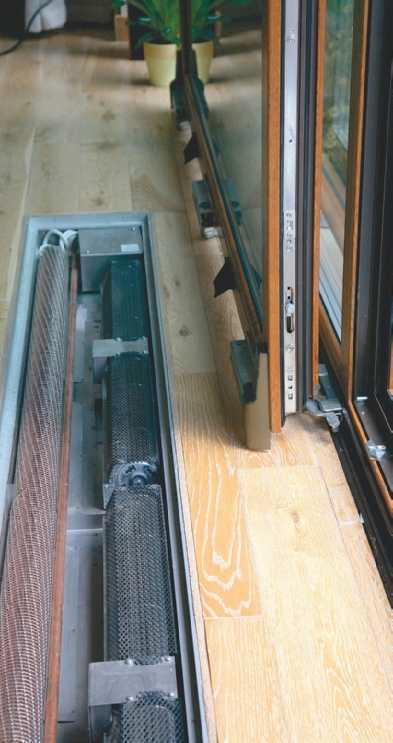 Grzejnik kanałowy pod oknem