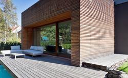 Konserwacja tarasu drewnianego. Jak odnowić deski tarasowe?