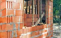 Z czego budować ściany zewnętrzne? Ceramika zwykła i ceramika poryzowana