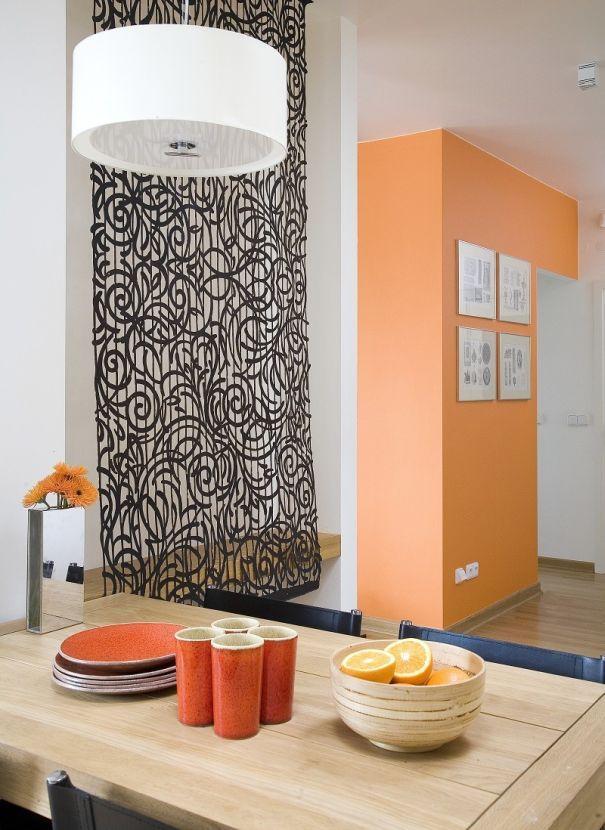 Kolory we wnętrzu: kolor pomarańczowy na ścianie i w dodatkach