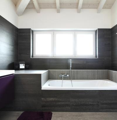 Szarał łazienka - kolorowe dodatki