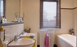 Łazienka z oknem. Jak urządzić łazienkę z oknem na poddaszu i na niższej kondygnacji?